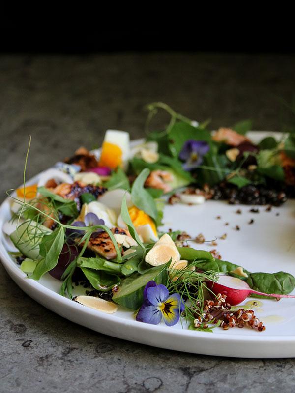 Trädgårdssallad med quinoa, misosotad lax och limemajo