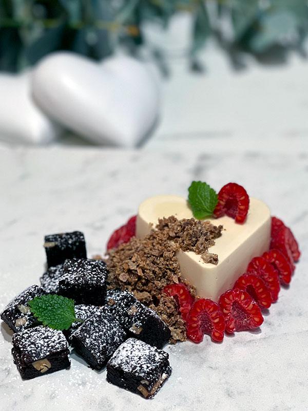 Brownie med saltrostad mandel, dulceymousse och rostad vit choklad