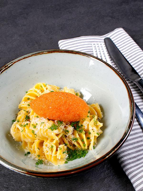 Löjromspasta med pasta på dagsgammalt bröd, björkolja, lagrad ost och gräslök