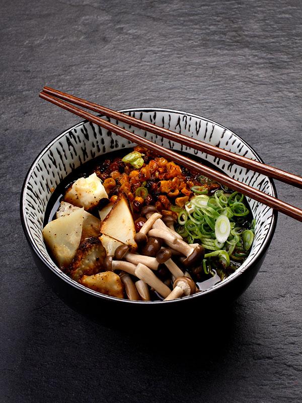 """Ramen """"Shoyu"""" med bakad rotselleri, rostad majs, svamp, vårlök och sobanudlar"""