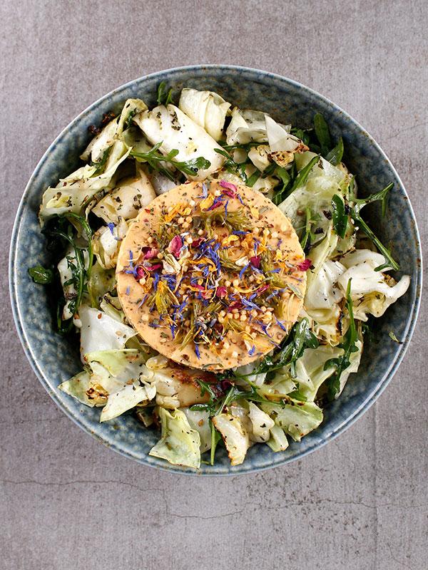 Sallad på grillad kål med hyvlad fänkål, salade krydda och vispat smör smaksatt med sambal badjak