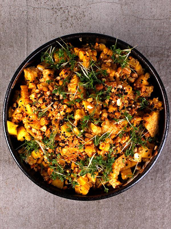 Sallad på grillad majs & mango med cajunkrydda och rostad majs