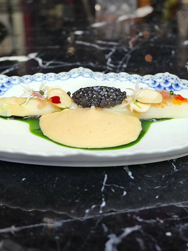 Vit sparris med brynt smörskum, Oscietra caviar, mandlar och fläder