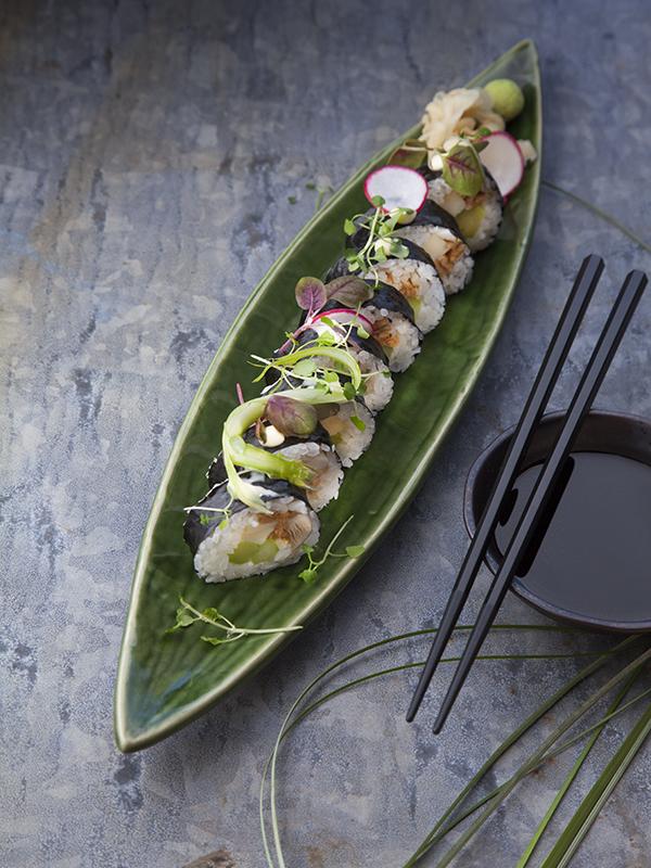 Nori maki sushi med sparris, tryffel, omelett, ostronskivling och inari