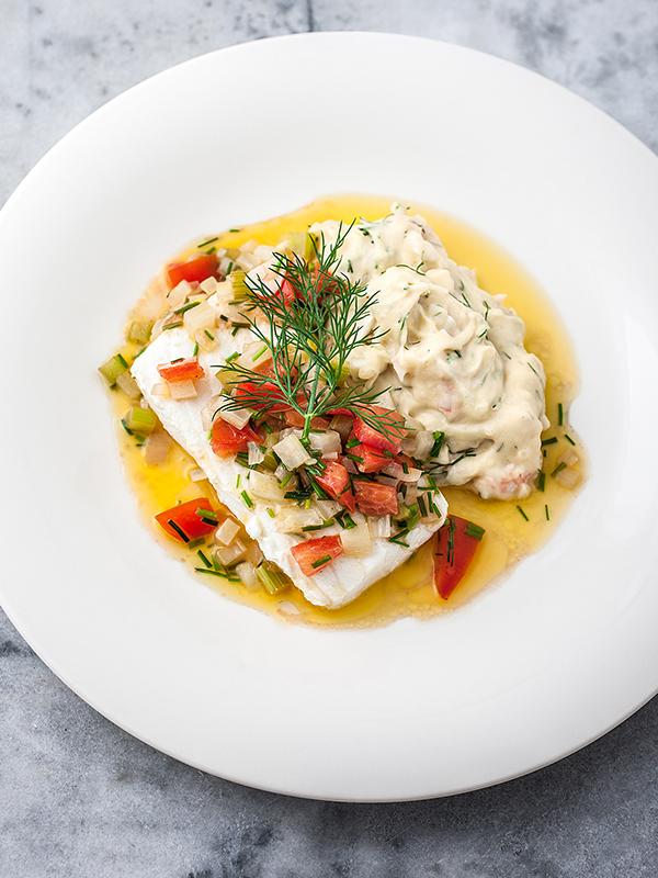 Inkokt hälleflundra med potatispuré, skaldjurshack och senap samt vinägrett på grönsaker och brynt smör